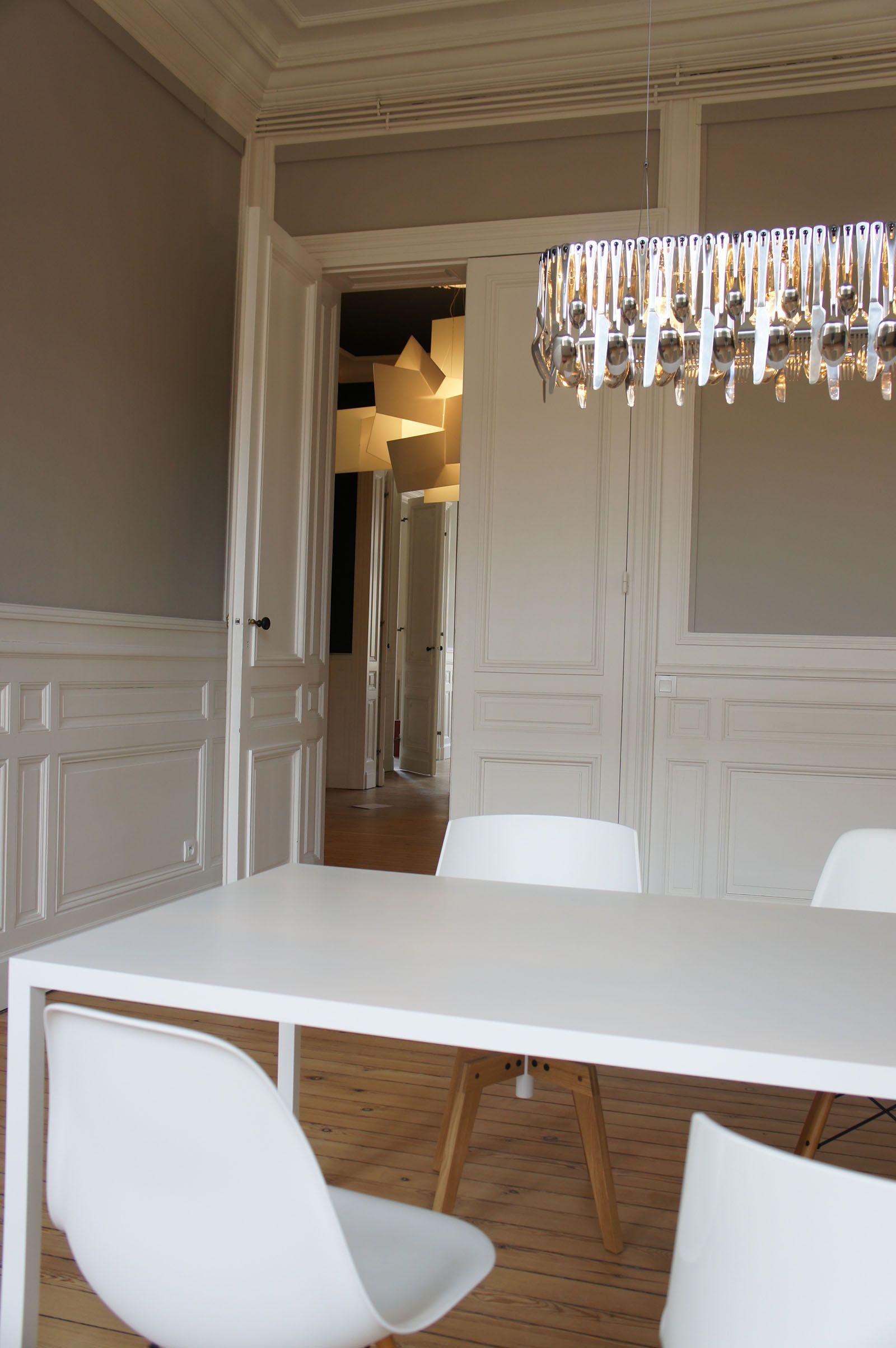 Salle à manger blanche et bois réaménagée dans appartement haussmannien à Bordeaux par l'architecte d'intérieur Daphné Serrado