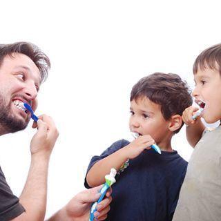 تنظيف الاسنان بشكل صحيح ومنتظم عند ظهور كل اسنان الطفل اللبنية يجب ان يتم البدء بتنظيف اسنانه باستخدام فرشاة ومعجون مناسبتين لسنه ينبغي على الاهل ف Thumbs Up