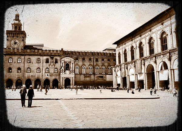 Piazza Maggiore by @poohstraveler