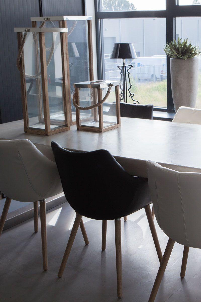 Grote betonlook tafel Er is ruimte voor zes stoelen aan