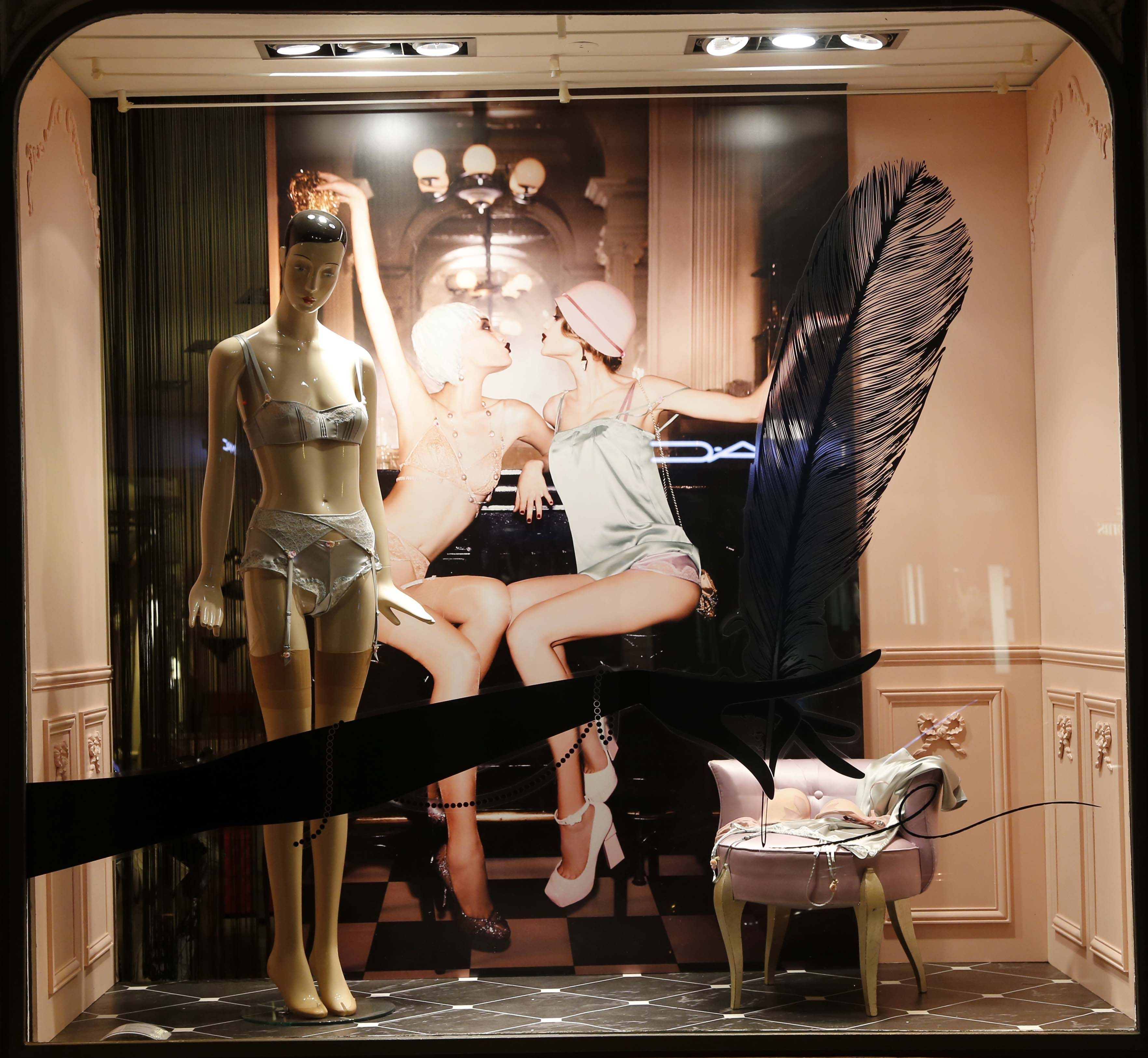 Juillet 2014 vitrine boutique chantal thomass 211 rue saint honor paris cha - Hotel chantal thomass paris ...