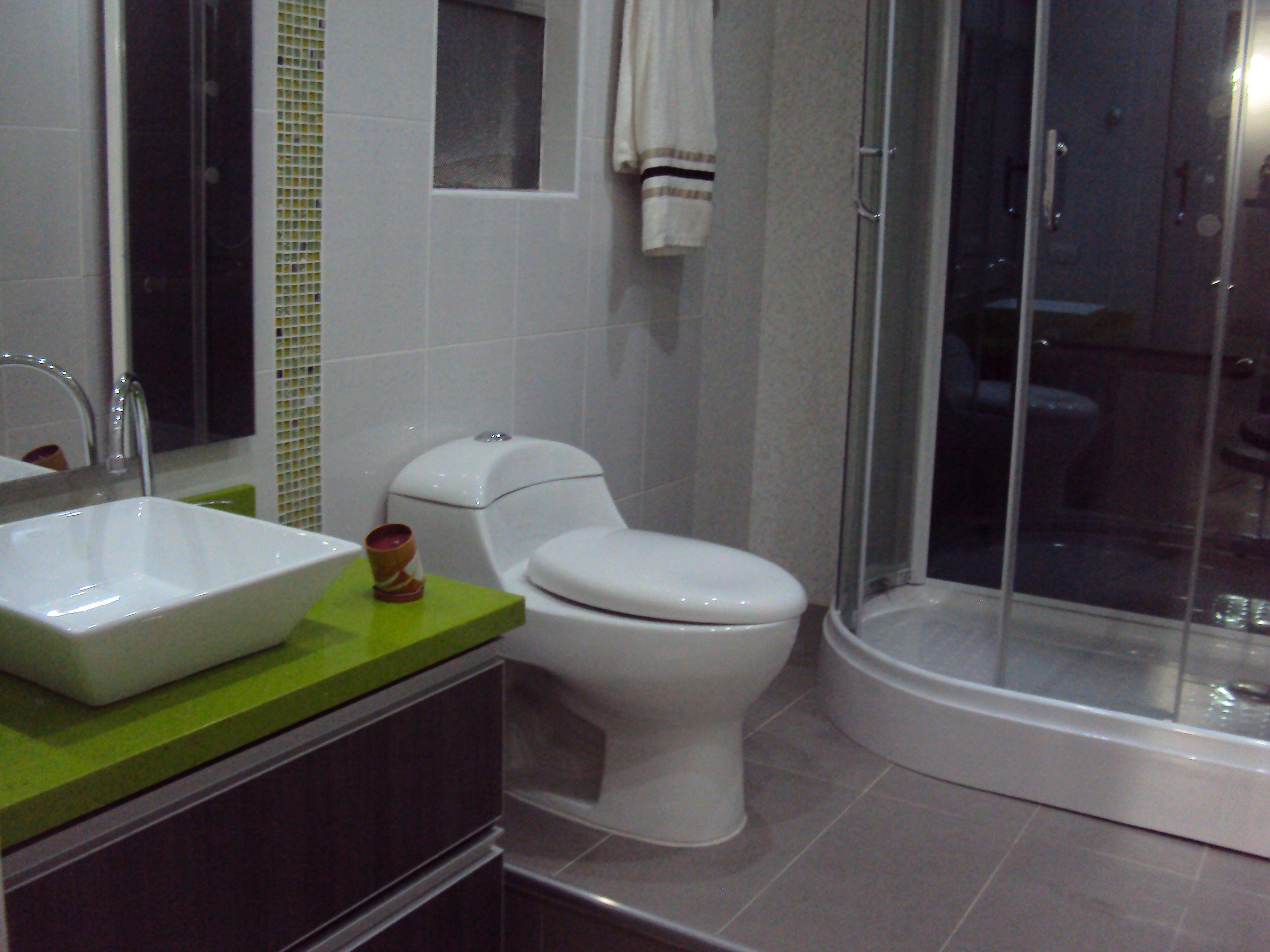 Mueble de Baño Roble Gris, meson cuarzón verde star  Cocinas AXECO