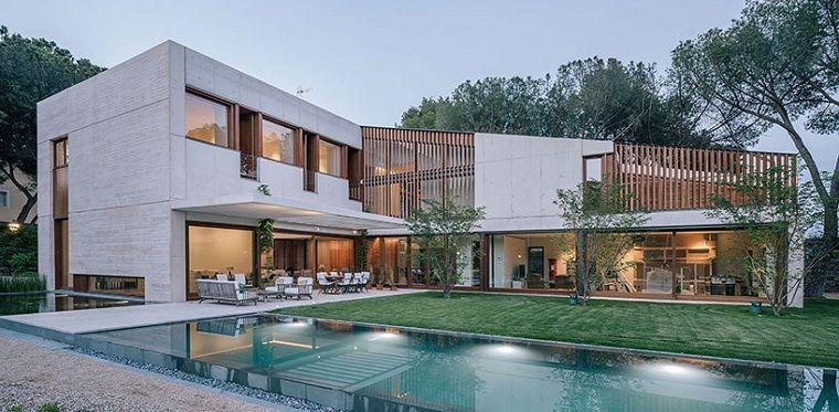 Casas Moderna En Forma De L Ubicada En Madrid Fachada Acristalada Con Piscina Incluid Estilos De Design De Interiores Design De Interiores Casa Design De Casa