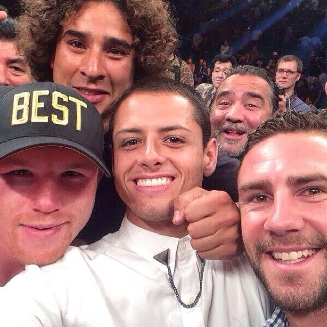 #VIVAMEXICO !! @canelopower with Memo Ochoa, Chicharito, Miguel Layun, and @micheladatime photobombing. this is perfection.