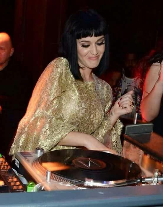 Se dice que Katy podría tener una gran sorpresa, varios de los presentes dicen que esta en los camerinos, ¿Que opinan? ¿Creen que katy se presentara?