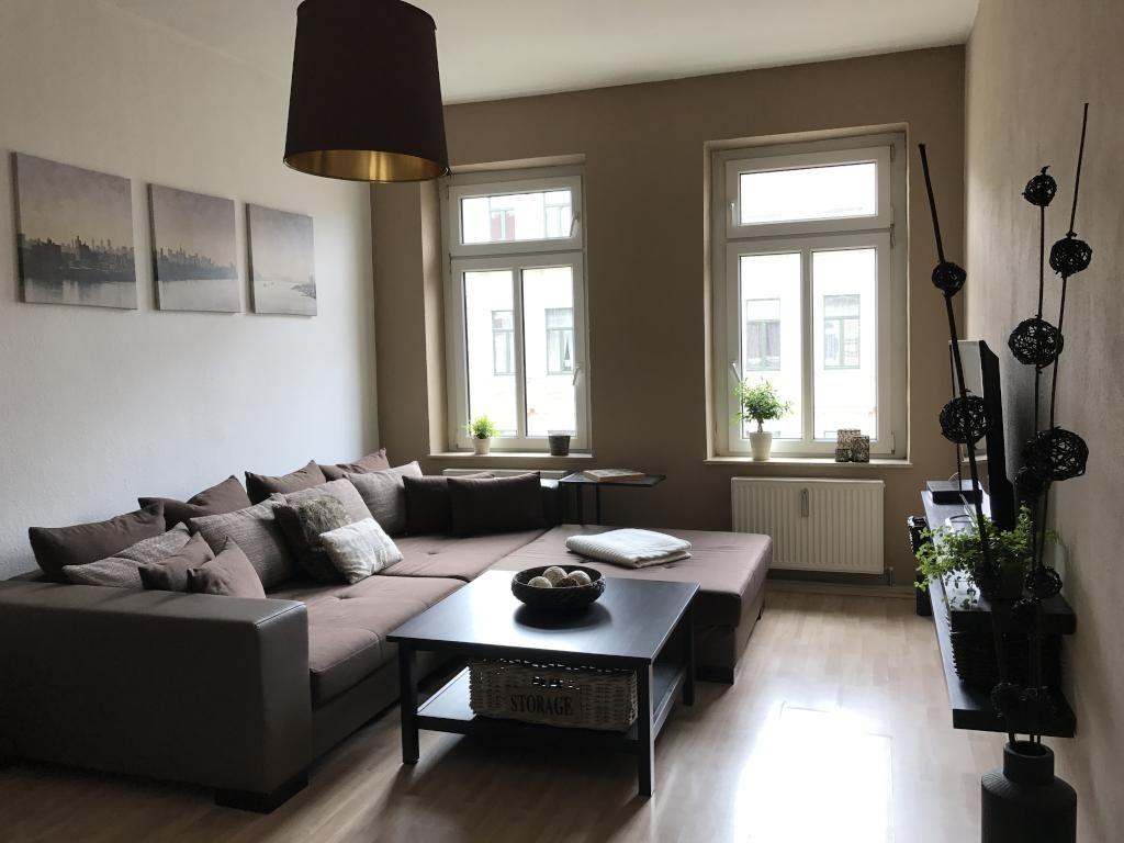 Ein sehr modern eingerichtetes Wohnzimmer lädt zum Entspannen ein ...