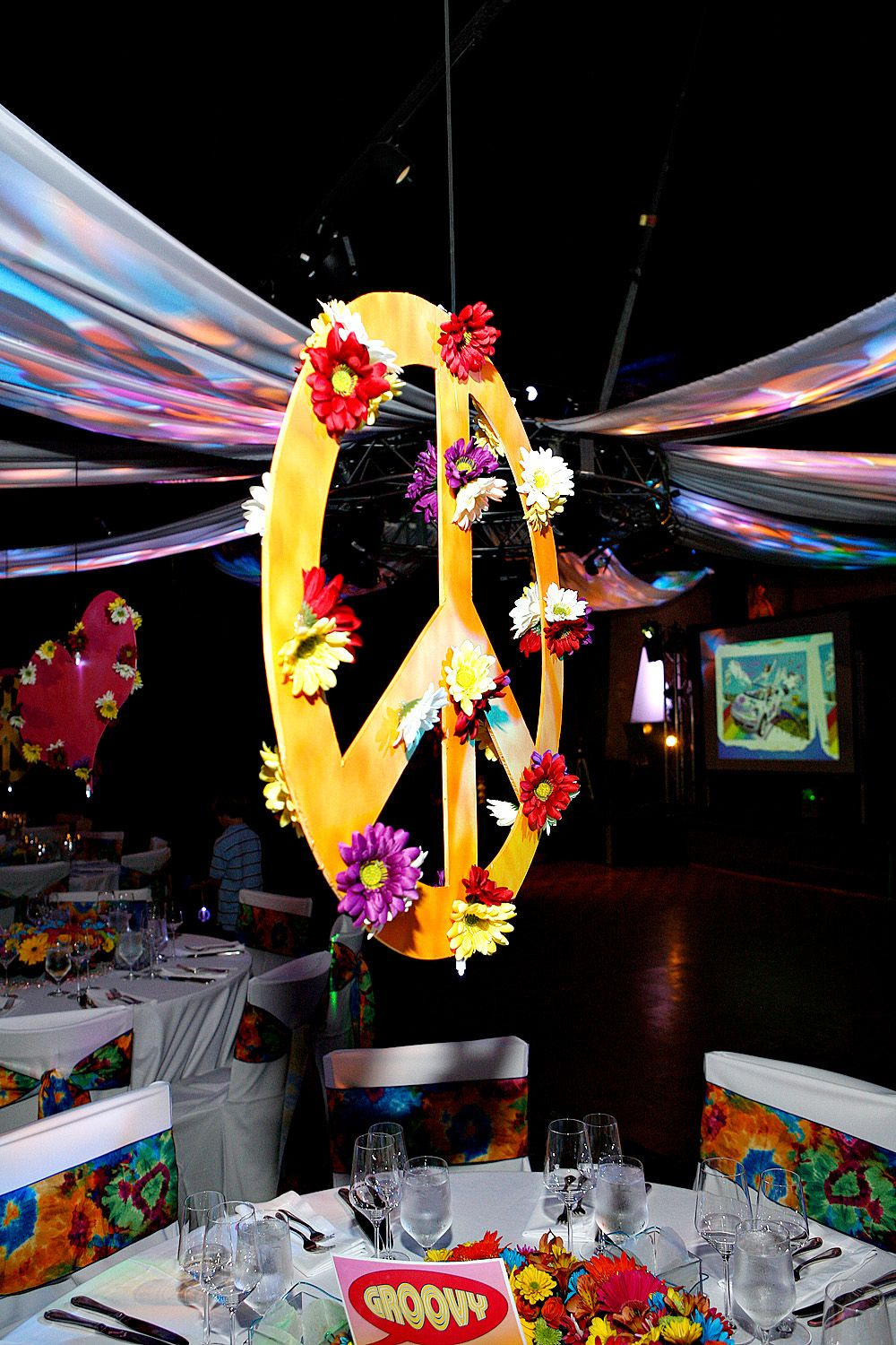Suspended Peace Signs Centerpieces Adorned With Flowers For 60s - Decoracion-hippie-fiesta