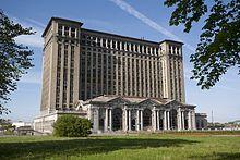 Construido a través de 1912 y 1913, la estación central sirvió como el depósito de trenes de pasajeros para Detroit y fue la estación de tren más alto del mundo. Con el cierre de la línea en 1988, la estación central cayó en desuso y todos los planes de restauración han fallado.