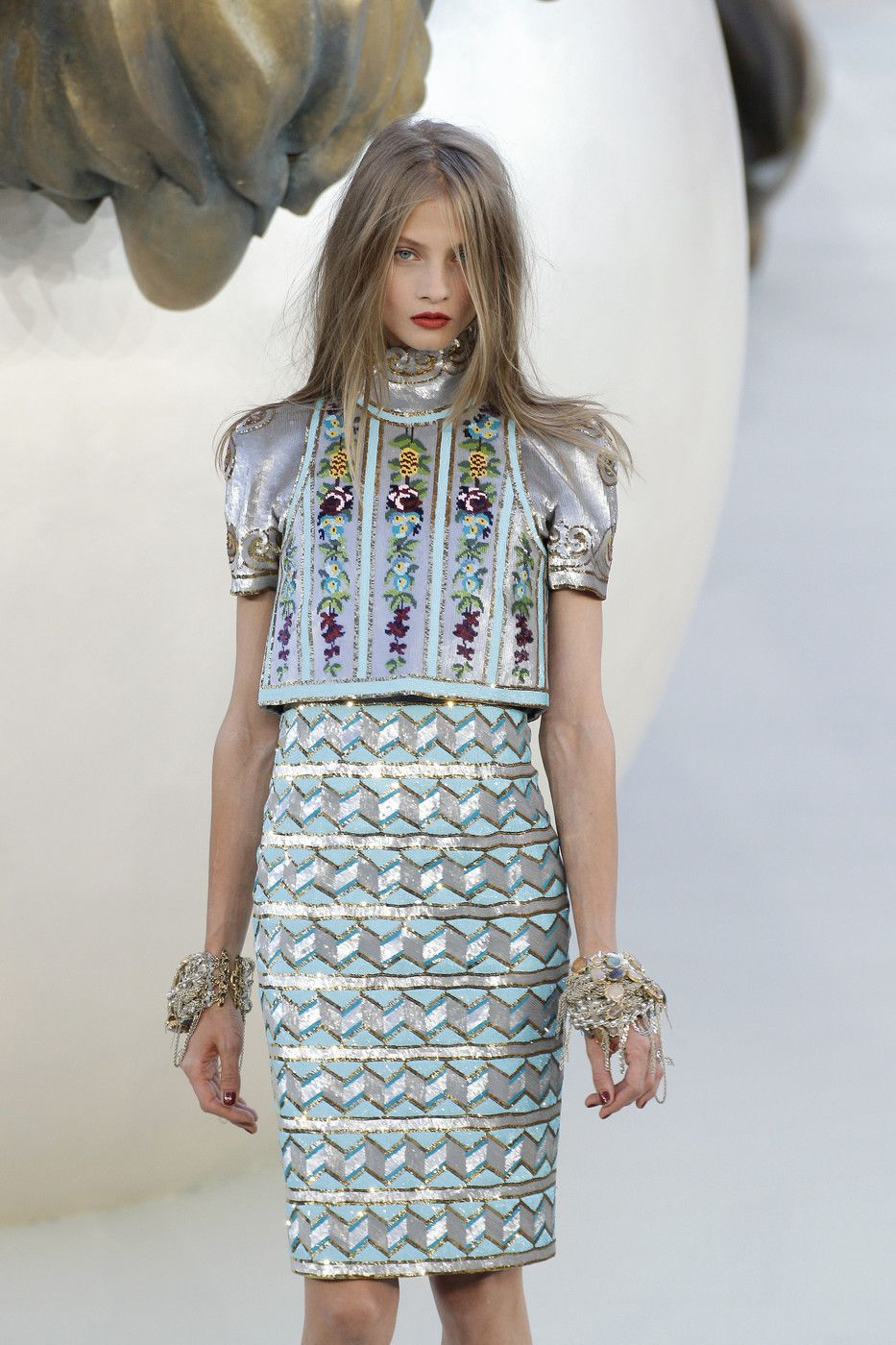 jessicabiscuit:  mulberry-cookies:  Anna @ Chanel Fall 2010 Couture   I follow back similar fashion blogs! x