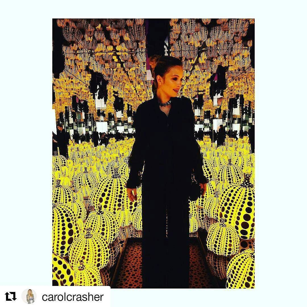 Yayoi Kusama conquista tutti! Anche l'attrice Carolina Crescentini  #chiostrolove  #Repost with @carolcrasher  #chiostrodelbramante #rome #pumpinks #chiostrolove #yayoikusama