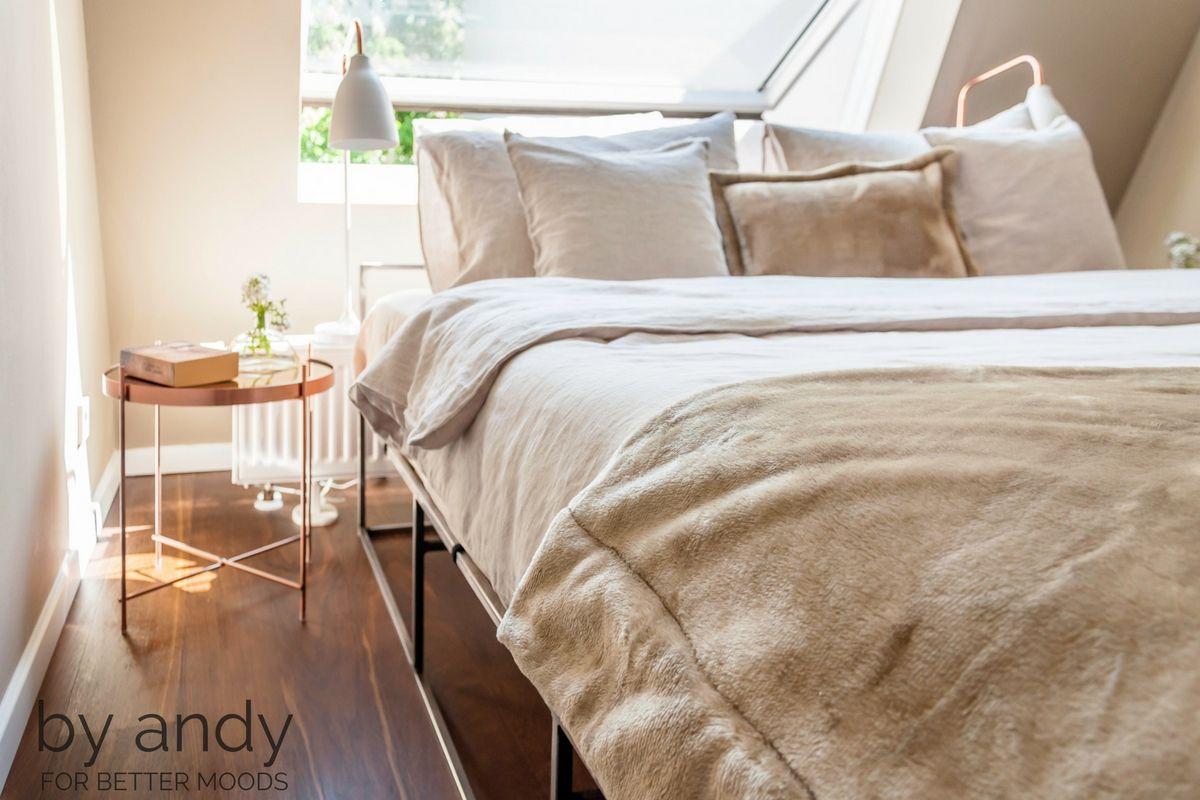 Das Bett lädt, ebenfalls in sanfte Farben gehüllt, zu entspannten ...