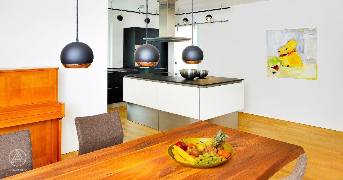 Schöne Holztische im baufritz haus und der küche wiesenhütter kann garantiert gut