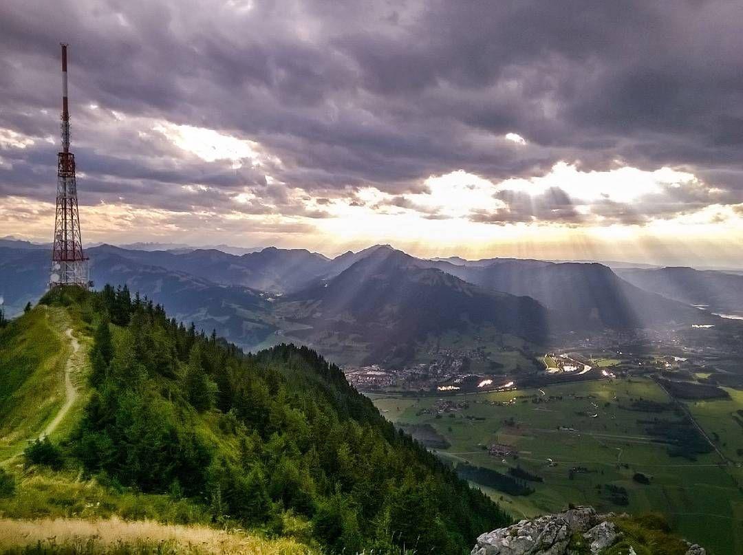 """Ausblick vom """"Wächter des Allgäu"""", dem Grünten (1.738 m), in die Allgäuer Alpen und die Bergmischwälder des Forstbetriebs Sonthofen. #bayern #allgäu #alpen #nature #naturephoto #wald #gebirge #gebirgswald #forst #forest #landschaft #landscape #panorama #berge #mountains #sonne #sonnenstrahlen #photography #picture"""