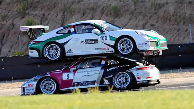 Insólito: Porsche 911 Carrera sobe em outro na Espanha - Notícias - QUATRO RODAS