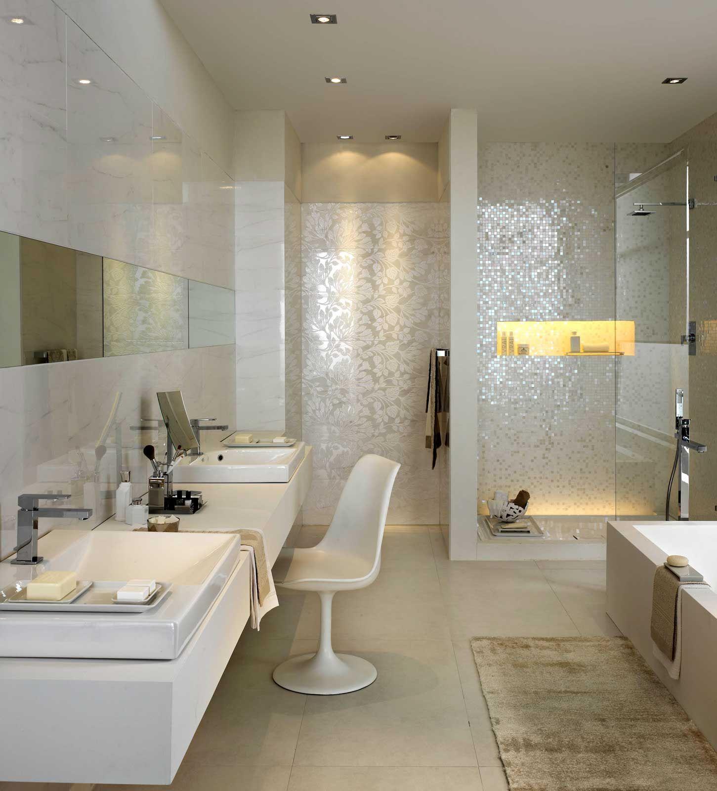 Gemauerte Dusche Mit Glas Und Beleuchteter Nische Sowie Mosaik