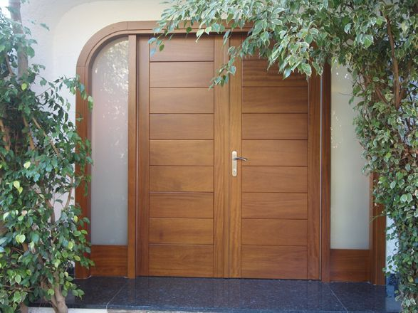 Dise o de puerta de exterior en madera combinada con - Puertas de madera con cristal ...