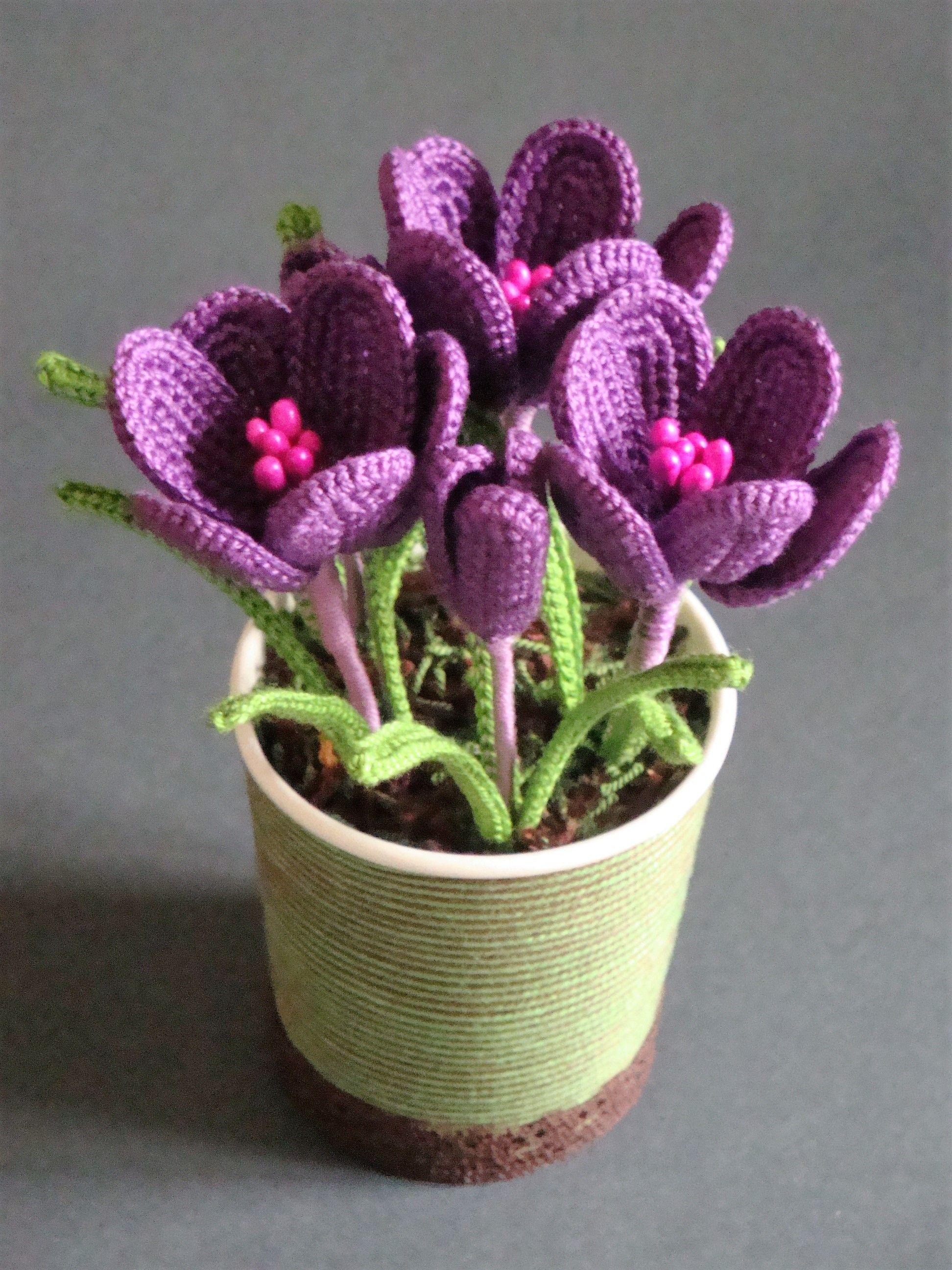 Looks like real flowers.....  crochetflowerpot  3c9024ba68a25
