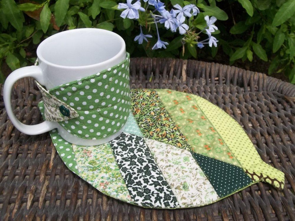 Tapetando em formato de folha + caneca branca em porcelana 300 ml + roupinha da caneca em formato de folha com botão