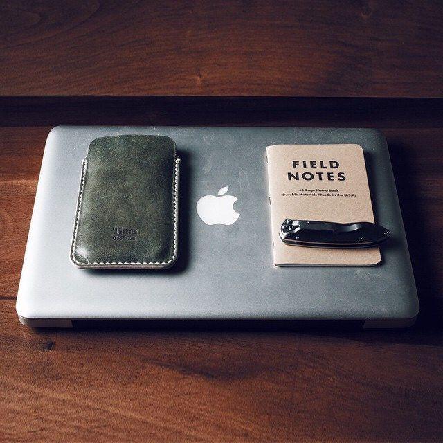 Computer, phone and field notes notebook to register the creative thoughts of the day.. Happy workday y'all! / Computador, teléfono y cuaderno para registrar los golpes creativos del día.. Feliz miércoles queridos-idas! #timogoods #leather #apple  #fieldn