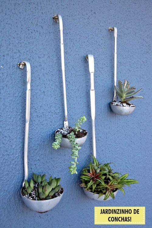 Cucharones reciclados como pequeñas macetas para jardín vertical - maceteros para jardin