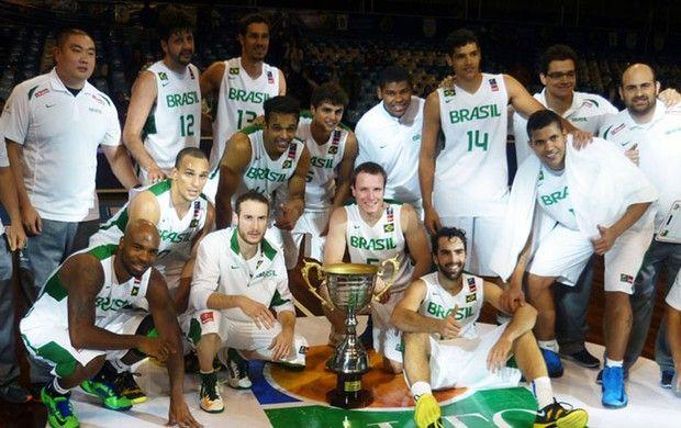 Seleção brasileira comemora o título do Torneio Super 4  (Foto: CBB) em Salta, Argentina, Agosto de 2013.