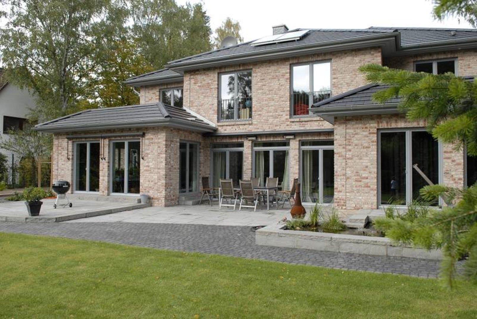 Eine große Stadtvilla mit bodentiefen Elementen in einem schönem Grauton! #housegoals
