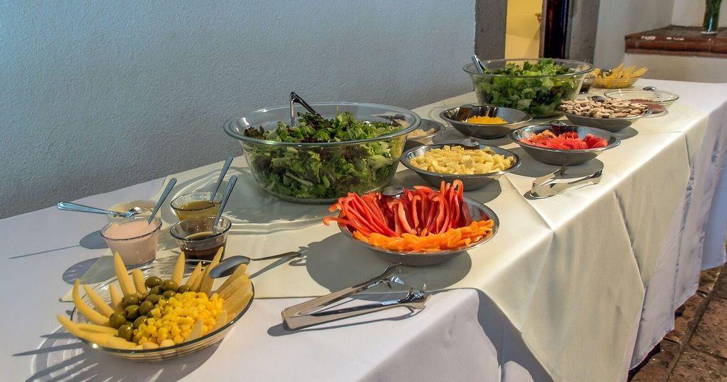 Montaje de nuestra mesa de ensalada con diversos elementos para la eleccion del comensal.