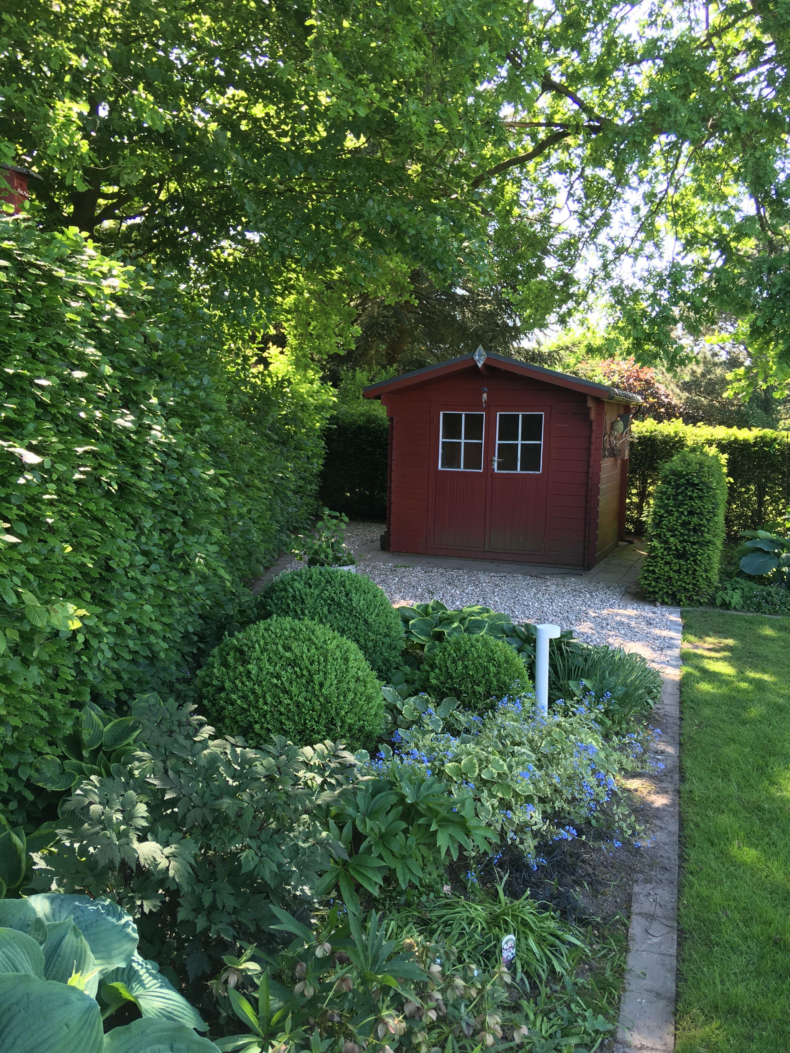 Fertig ist die neue Kiesfläche vor dem Gartenhaus