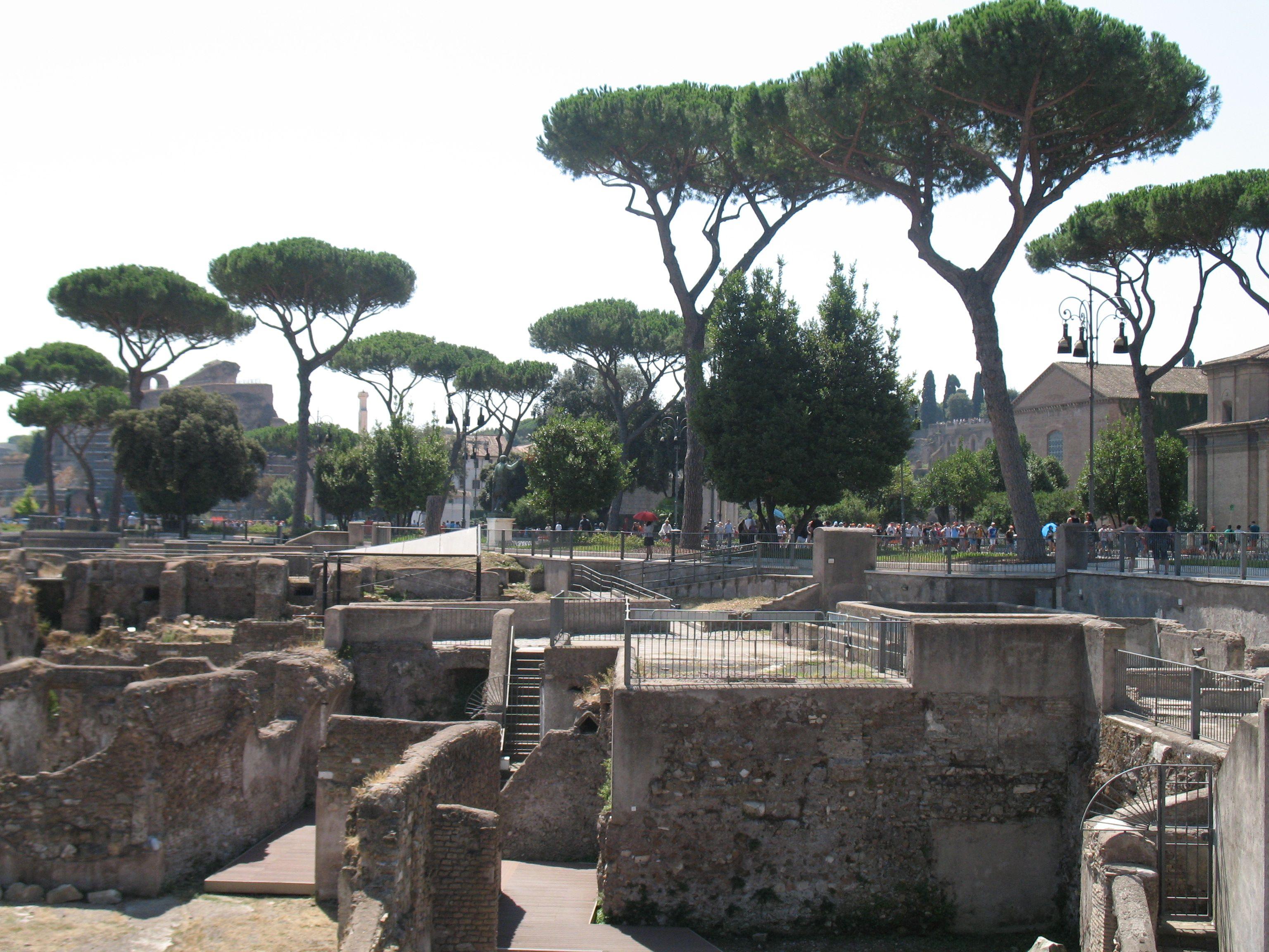 Langs de huidige Via dei fori imperiali liggen de indrukwekkende ruïnes van de keizerlijk fora. Dit is bijvoorbeeld het forum van Augustus.