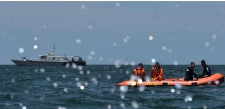 Pelayaran dari Muara Angke ke Berbagai Tujuan Tetap Normal  Pencarian Korban Zahro Express/ANTARA Sejumlah personel Basarnas mencari korban Kapal Zahro Express yang terbakar menggunakan perahu karet di Perairan Teluk Jakarta Senin 2 Januari 2017. Basarnas mengerahkan 15 penyelam serta sejumlah kapal dari tim gabungan untuk mencari 17 korban yang diduga masih hilang.  KONFRONTASI -  Kementerian Perhubungan menerbitkan Surat Keputusan Menteri Perhubungan Nomor SK.1 Tahun 2017 yang menyatakan…