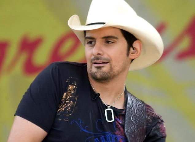 Country Superstar Brad Paisley Recovering After On Stage Fall At Concert Lands Him In The Hospital Brad Paisley Brad Paisley