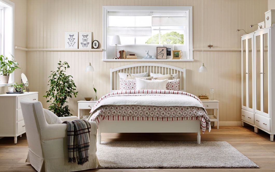 A bedroom in country style with a large bed, two bedside tables - wohnideen schlafzimmermbel ikea