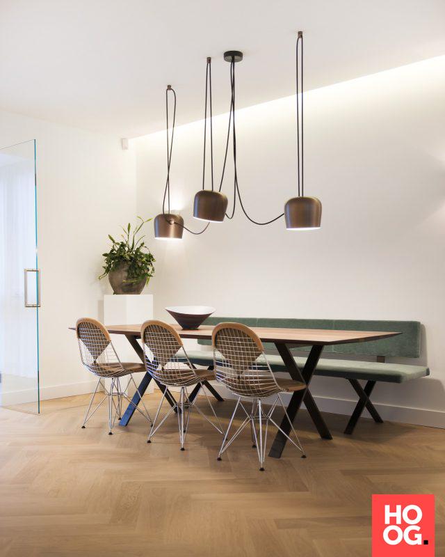 Houten eettafel met design stoelen en zitbank   eetkamer design ...