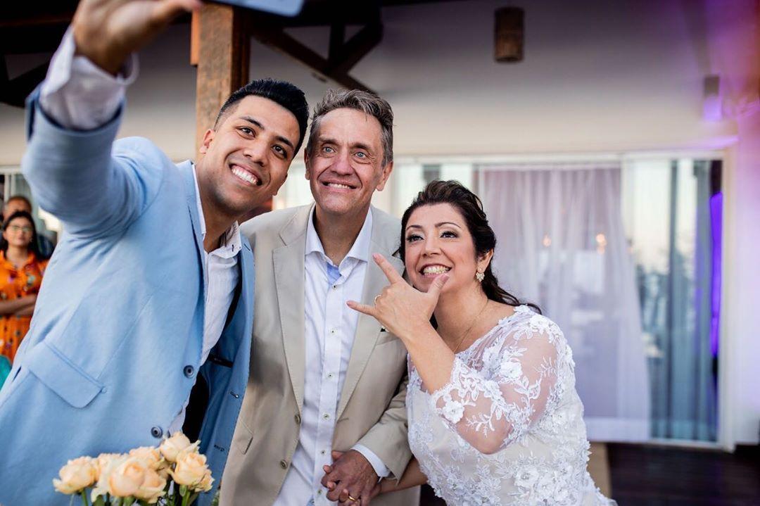 Amor, Família e Rock'n Roll 💕🤟🏼 . . . 📸 @marsouzafotografia . #enfimcasados #casamentodoano #noivas2019  #noivas2020 #weddingday #felizesparasempre #casamentos #noivas #noivos #celebrantesocial #celebrantedecasamentos&nb