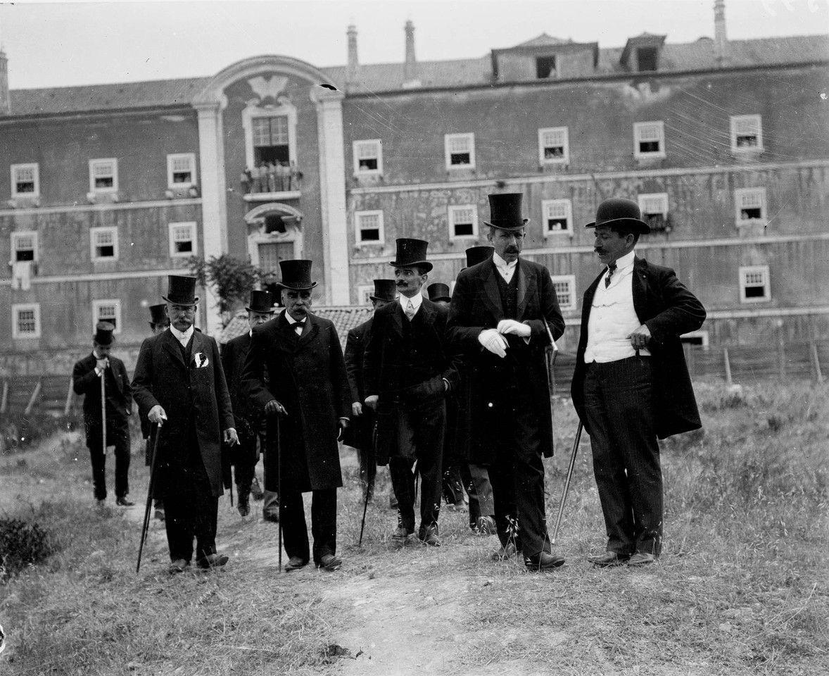 João Franco, arquitecto Rozendo Carvalheira e outras individualidades, visita aos terrenos onde foi construído o liceu Passos Manuel. 1907, foto de Joshua Benoliel, in a.f. C.M.L.