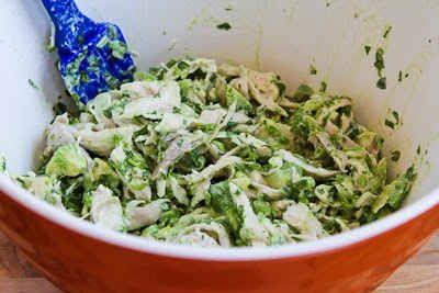 Ensalada de pollo con aguacate y cilantro.