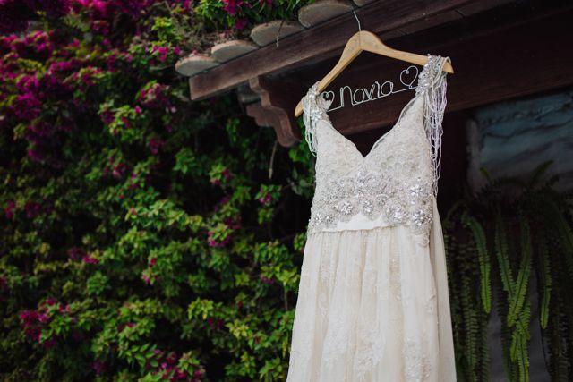 Vestido de novia en percha personalizada // Foto: Diego Igza // Post ...