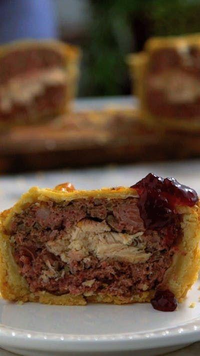 Aprenda a fazer terrine em crosta, uma iguaria tradicional francesa servida geralmente como entrada.