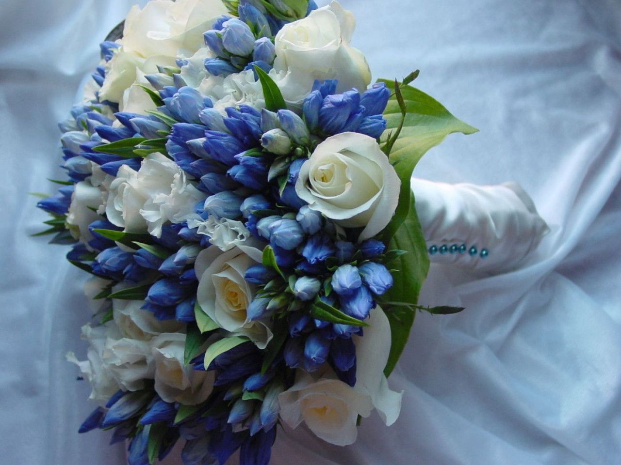 Svatebn kytice modr kvtiny sany wd bouquet pinterest anyone tell me what these blue flowers are and if they bloom in different colors blue wedding flowers and bouquets event planning izmirmasajfo Images