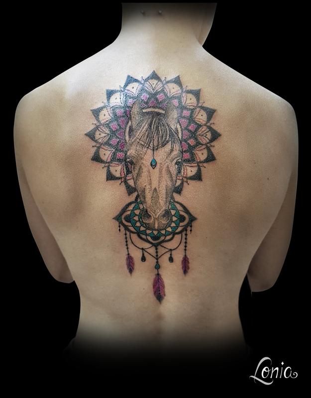 Tatouage lonia tattoo mandala chakra couronne racine plumes ornemental mendhi cheval dotwork - Tatouage mandala dos ...