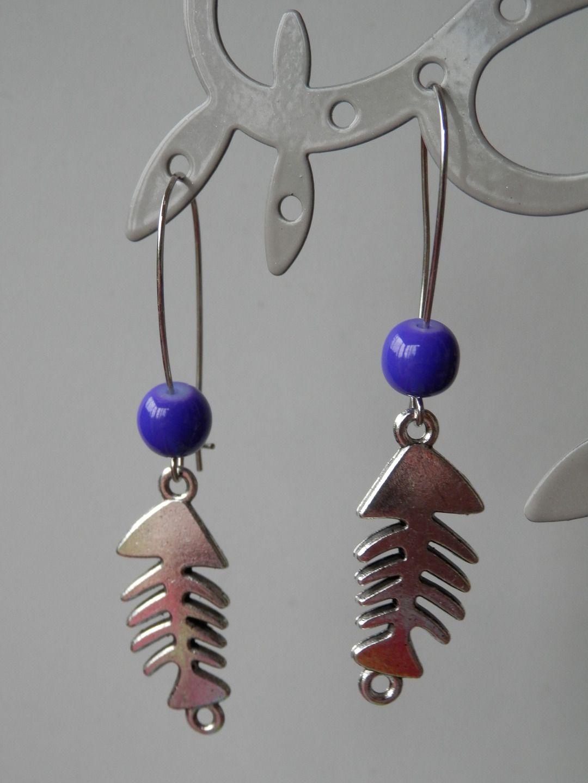 Boucle d'oreille perle bleu marine