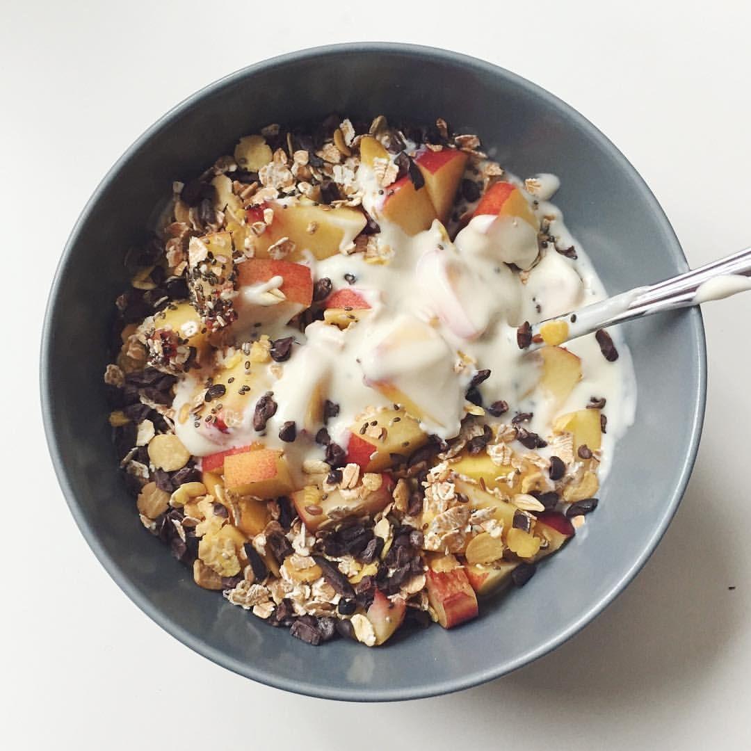 Se det här fotot av @eat.sport.love på Instagram •  ❤️  Yoghurt kvarg @alpro, havre-soja musli, kakaonibs, äpple.