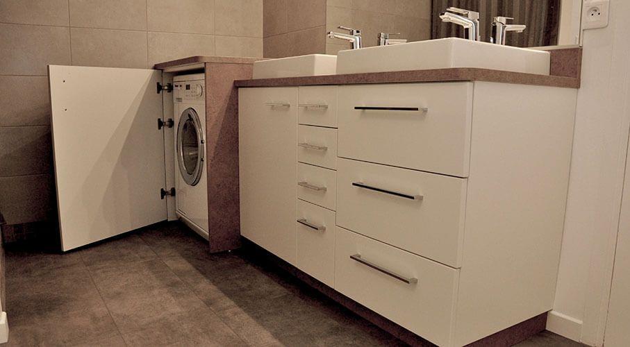 Un lave linge dans une petite salle de bain | Lave linge, Meubles ...