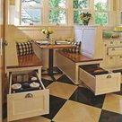 Handige ontbijthoek in de keuken. Doordat de zithoek in een nis is ingebouwd, wordt het echt een eigen hoek. En niet zozeer een tafel in de keuken.