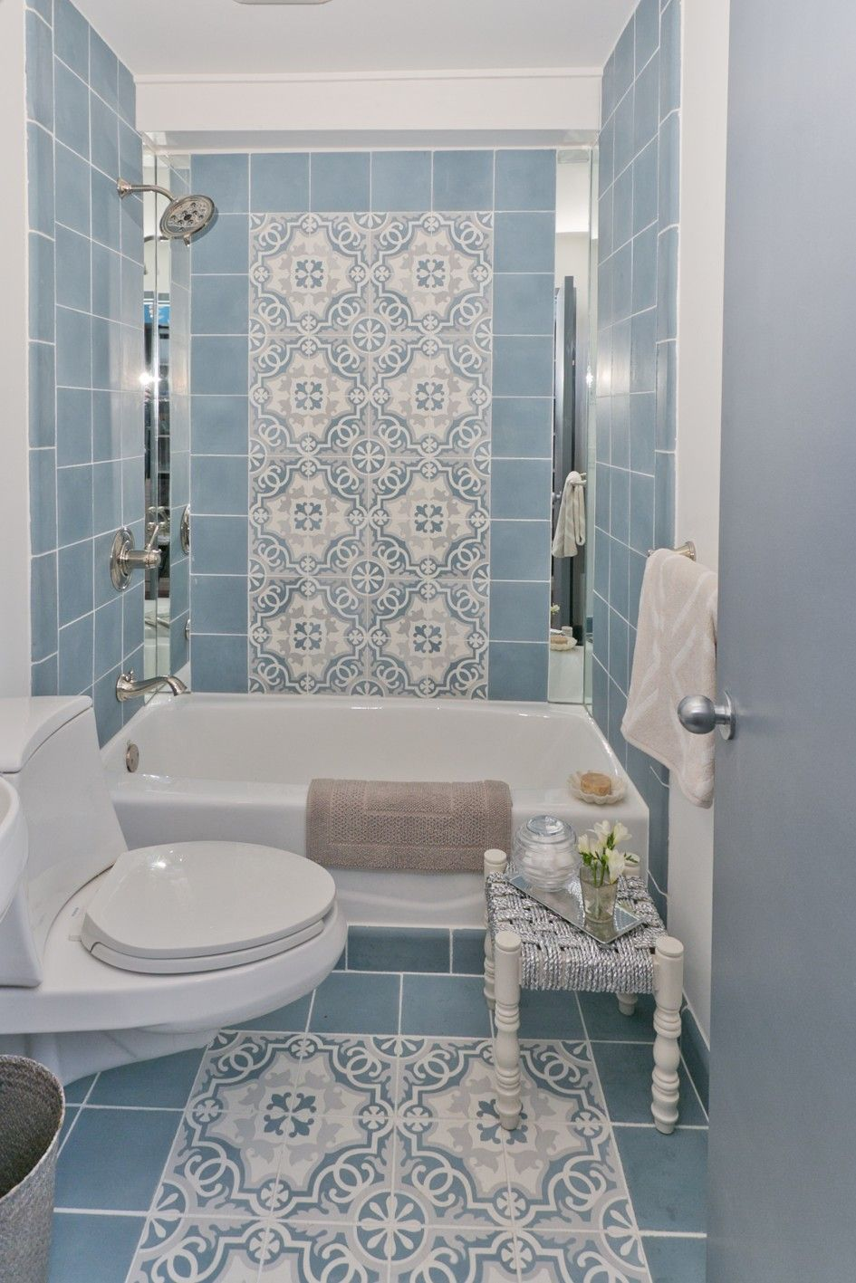 Bathroom designs for small spaces blue - Beautiful Minimalist Blue Tile Pattern Bathroom Decor