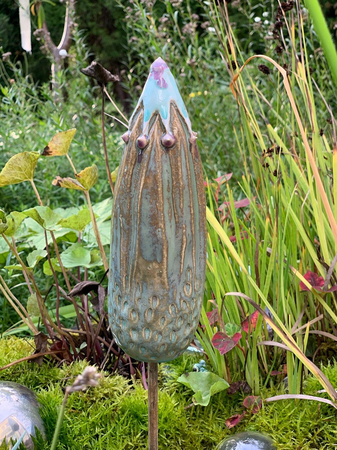 Blütenknospe aus Keramik | Beetstecker Knospe | Steele | Gartenstecker | Blumenstecker | Gartenkeramik | Gartenkunst | Keramikstecker