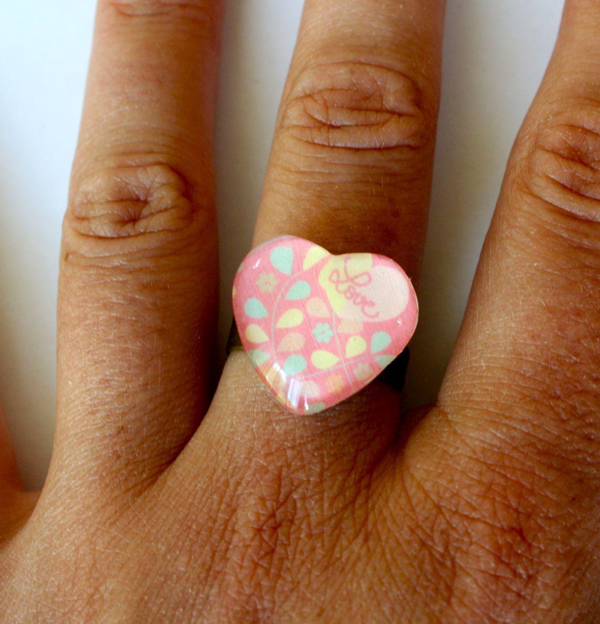 http://www.alittlemarket.com/bague/fr_bague_cabochon_coeur_avec_motifs_gouttes_jaunes_roses_et_vertes_avec_inscription_love_sur_le_haut_-9626373.html