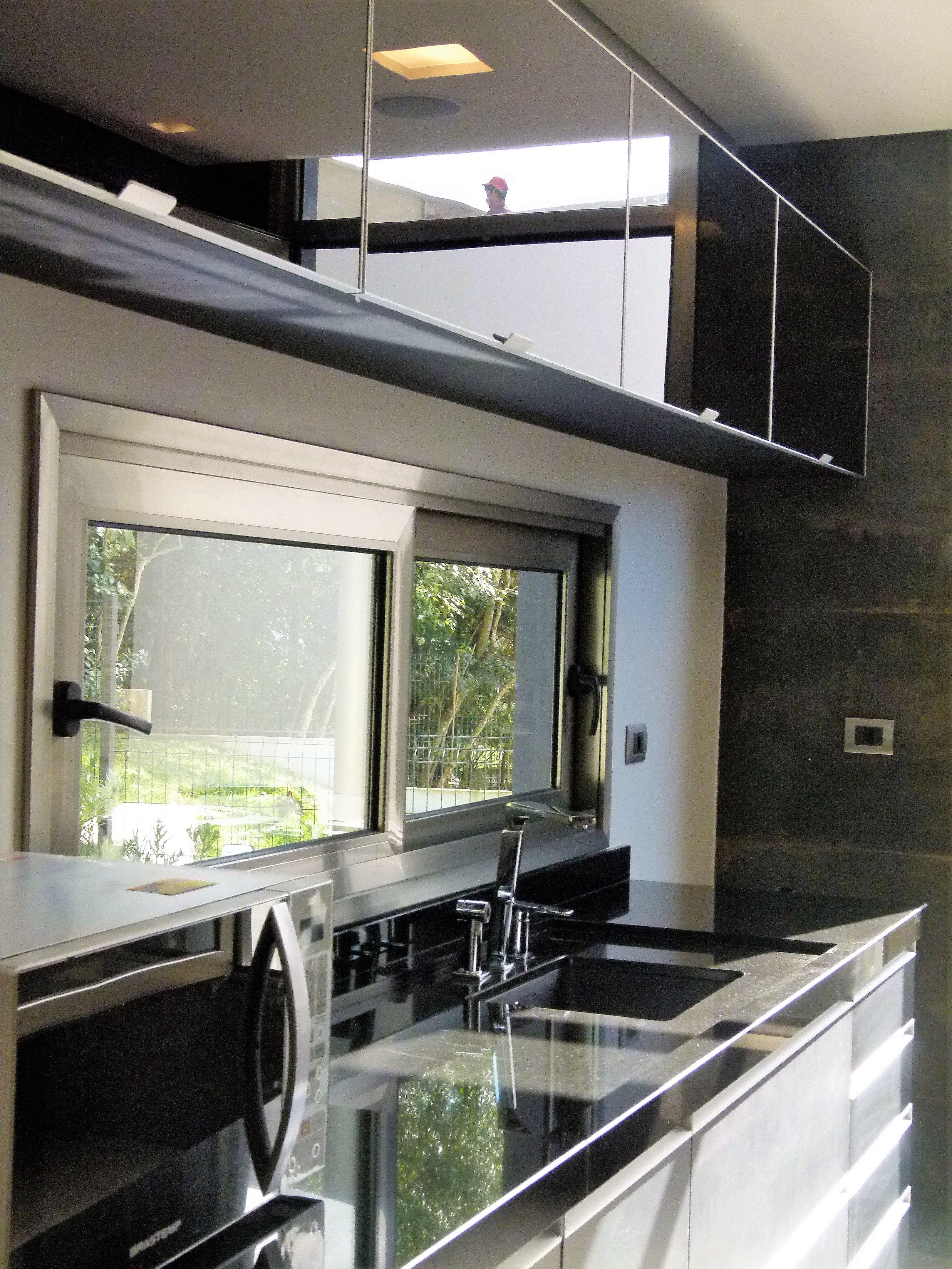 cozinha preta, janela alumínio pintura cor inox Arquiteta Elisa Mielke