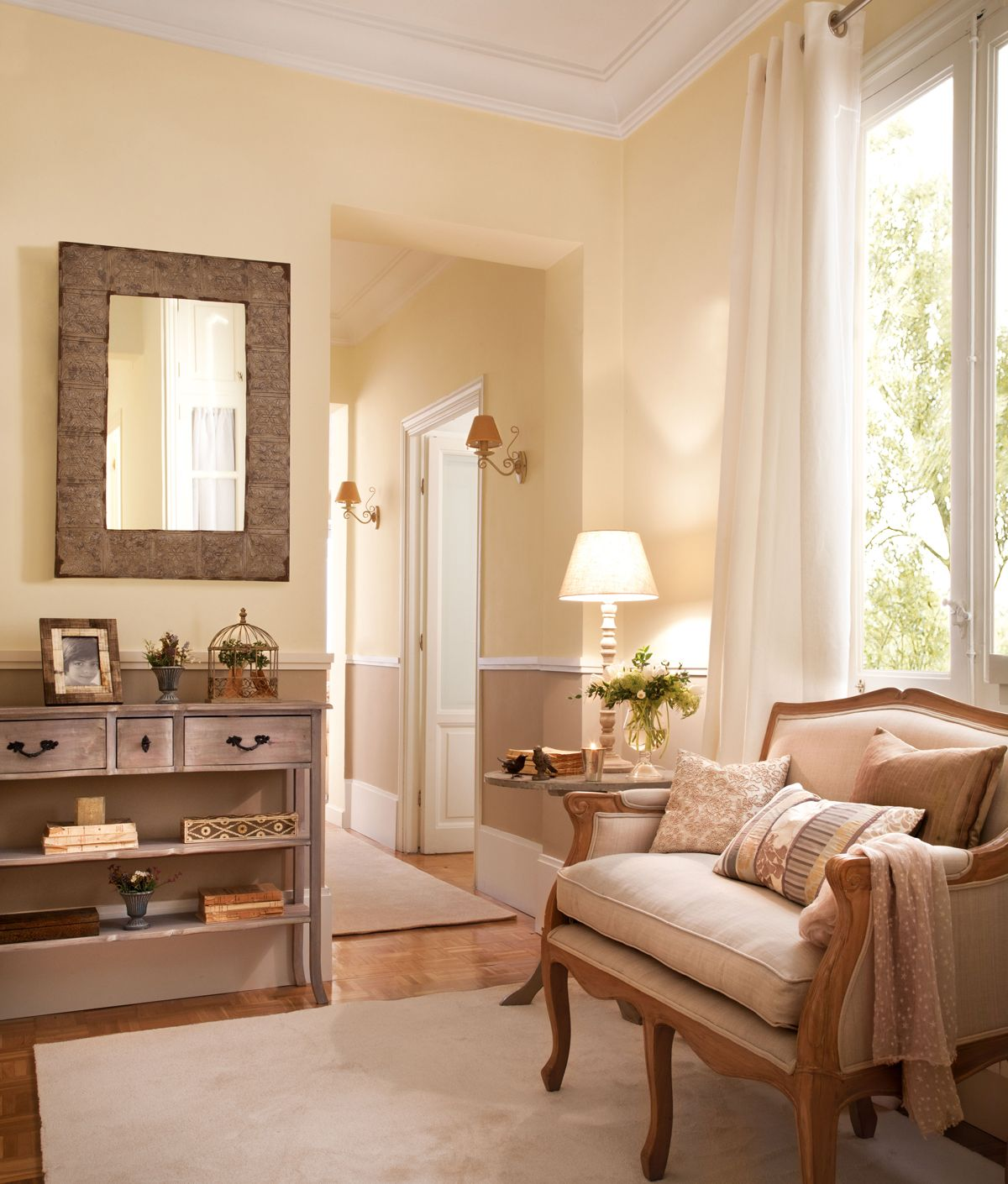 Recibidor en tonos beige con banco tapizado consola for Pinturas interiores 2016