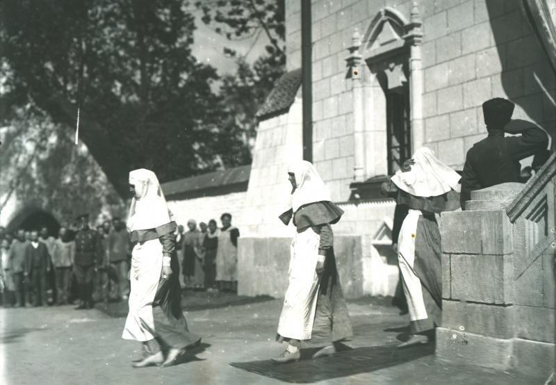 """Tsarskoye Selo (Rússia): a imperatriz Alexandra Feodorovna, grã-duquesas Olga e Tatiana Nikolaevna da Rússia a saírem do lazareto """"Grã-duquesas Marie e Anastasia Nikolaevna"""" na Catedral Feodorovsky, em 1916."""